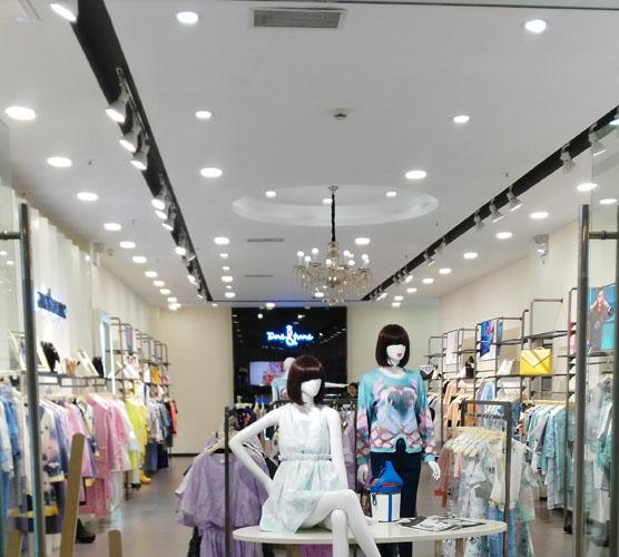 reflektory szynowe w aranżacji sklepu odzieżowego