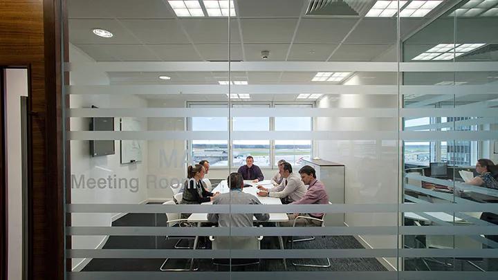 oświetlenie w sali biurowej